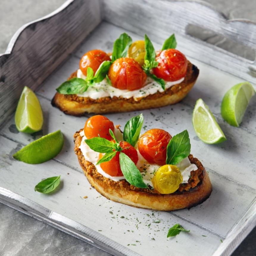 Συνταγή για καλοκαιρινή μπρουσκέτα με τυρί κρέμα και ντοματίνια