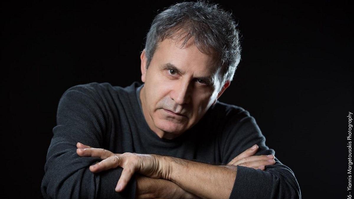 Ο Γιώργος Νταλάρας αποχαιρετά τον Αγάθωνα Ιακωβίδη