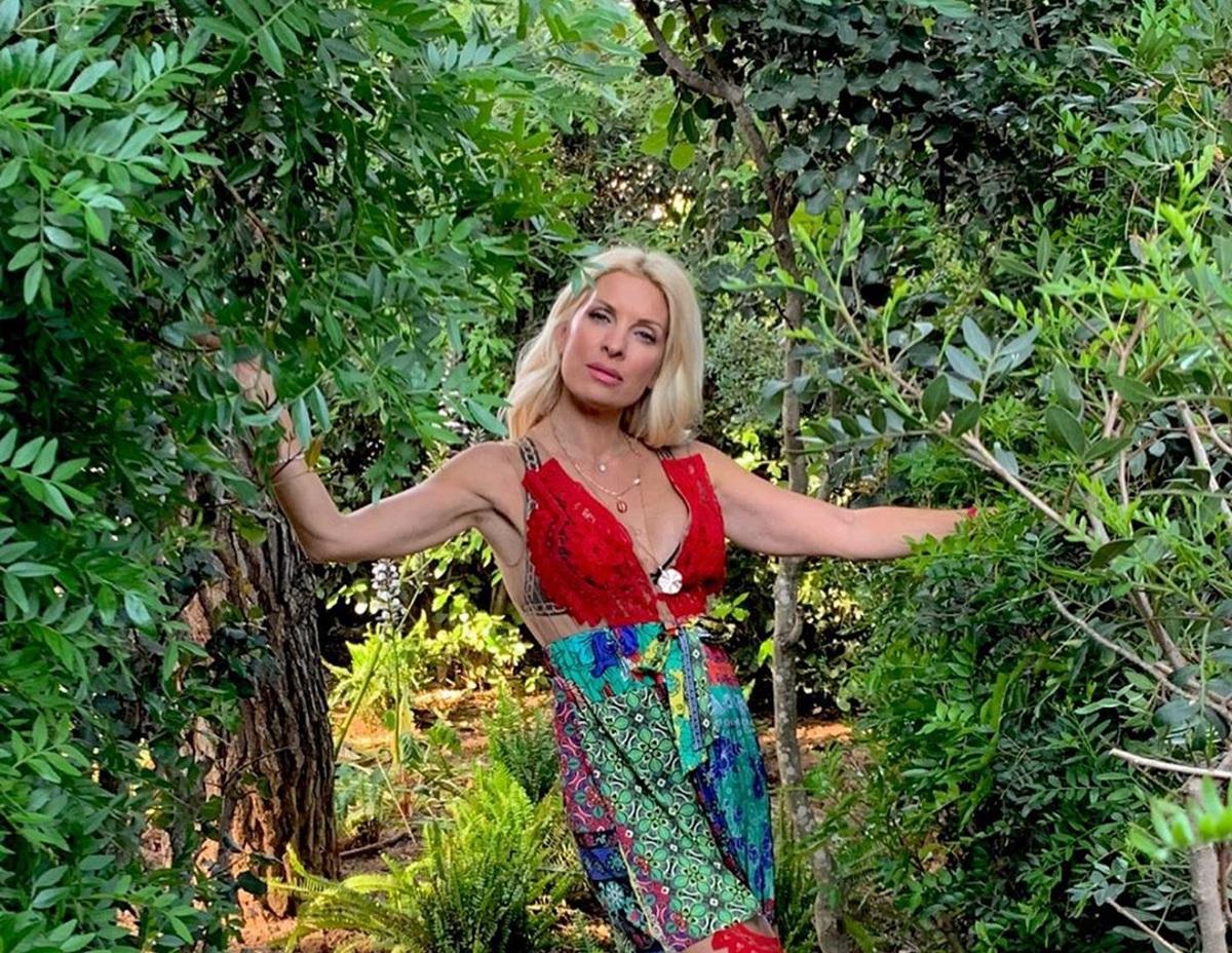 Ελένη Μενεγάκη: Ποζάρει με το πιο χρωματιστό φόρεμα και μας προετοιμάζει για τα επόμενά της βήματα! [pics]