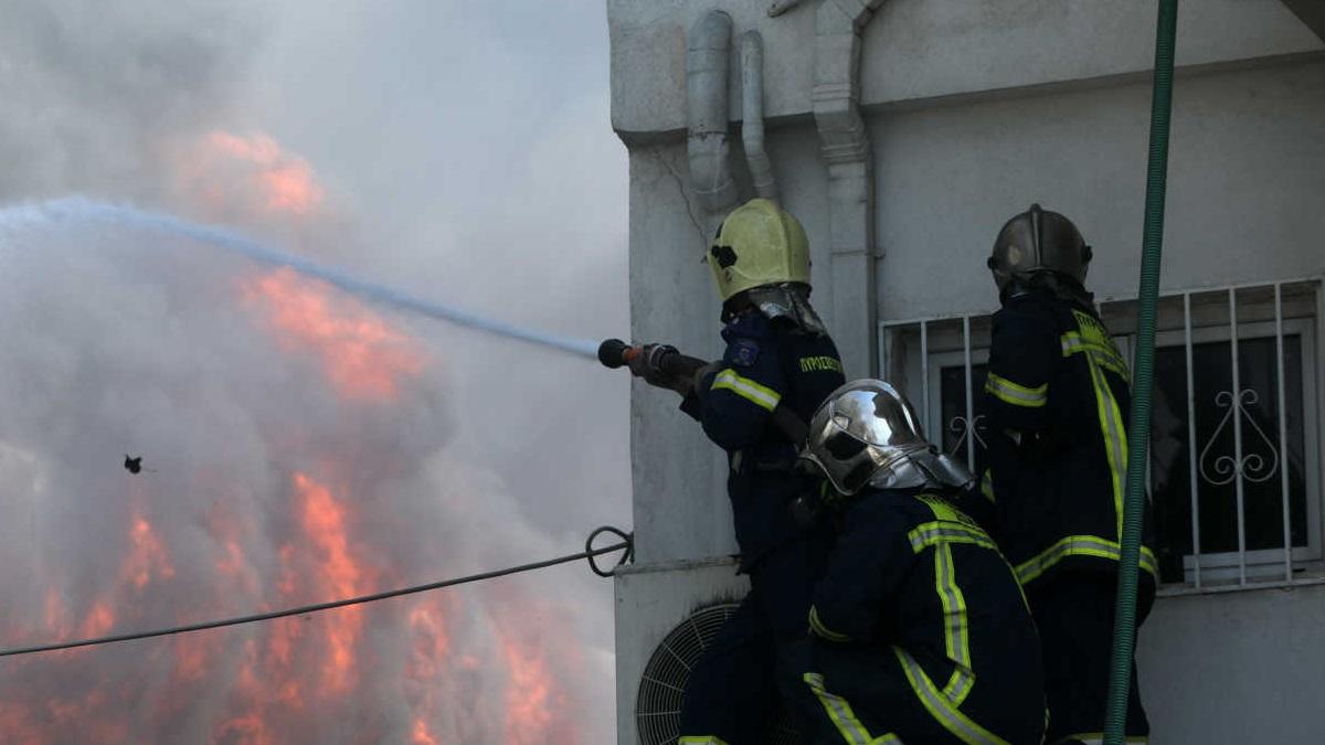 Καίει ακόμα η φωτιά στη Μεταμόρφωση – Κατέρρευσε μέρος του κτιρίου!