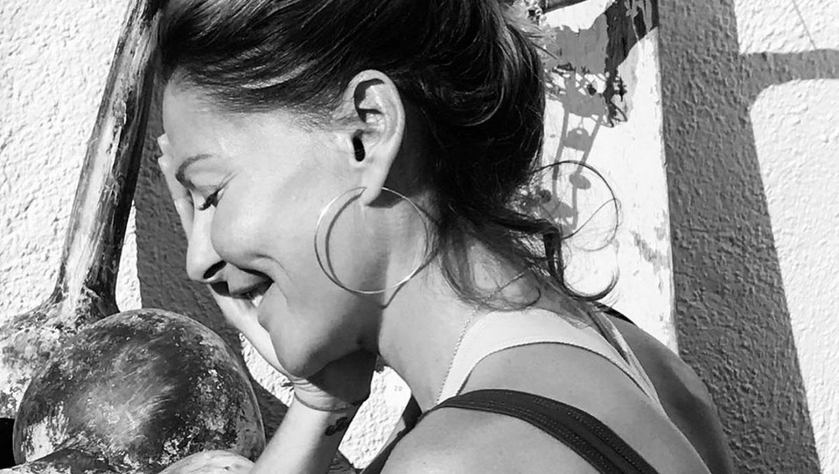 Η Τζένη Μπαλατσινού απολαμβάνει τις διακοπές της στην Πάτμο – Φωτογραφίες