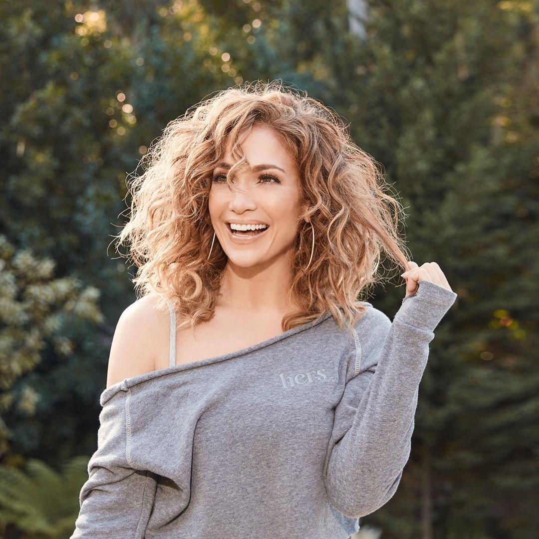 Αν έχεις σγουρά ή σπαστά μαλλιά η JLO σου δίνει την έμπνευση για το επόμενό σου χτένισμα!