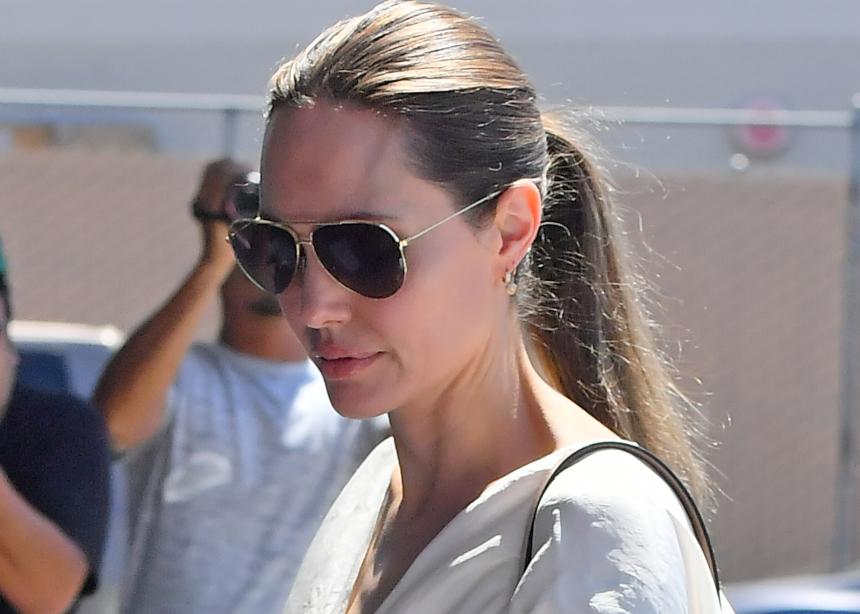 H Angelina Jolie φόρεσε την πιο…goth μάσκα και την συνδύασε τέλεια!