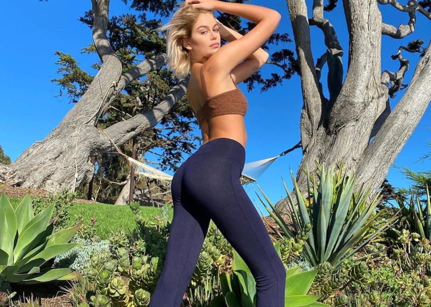 H Kaia Gerber λανσάρει ένα παντελόνι για φιλανθρωπικό σκοπό