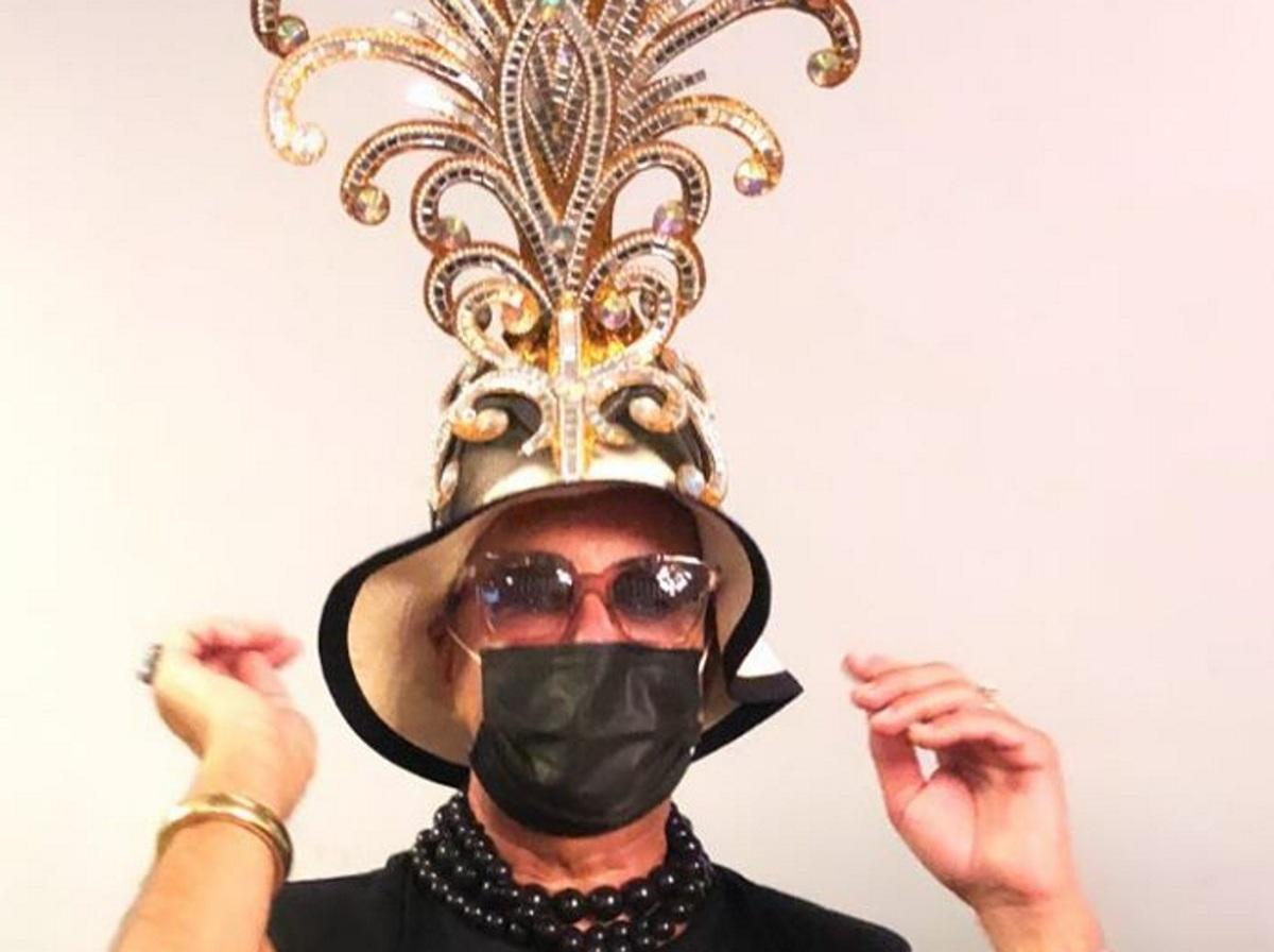 Λάκης Γαβαλάς: Κάνει πασαρέλα ως Ζαζά με τουαλέτα με φτερά και είναι απολαυστικός! Βίντεο