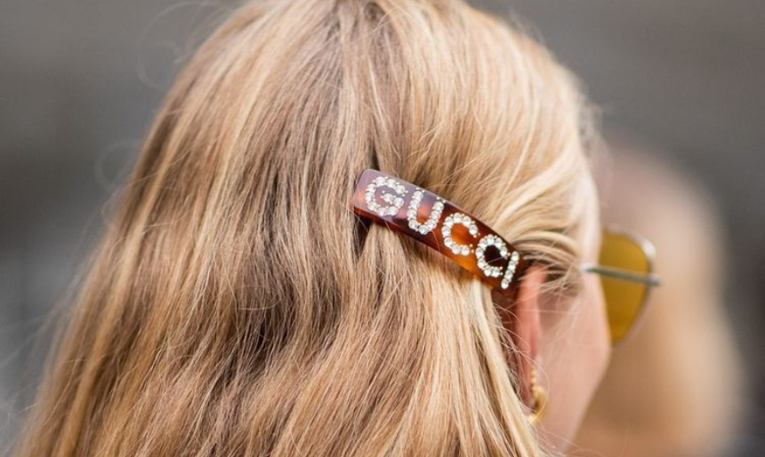 Logo hairclips: Η νέα τάση που θα βλέπεις παντού το φθινόπωρο