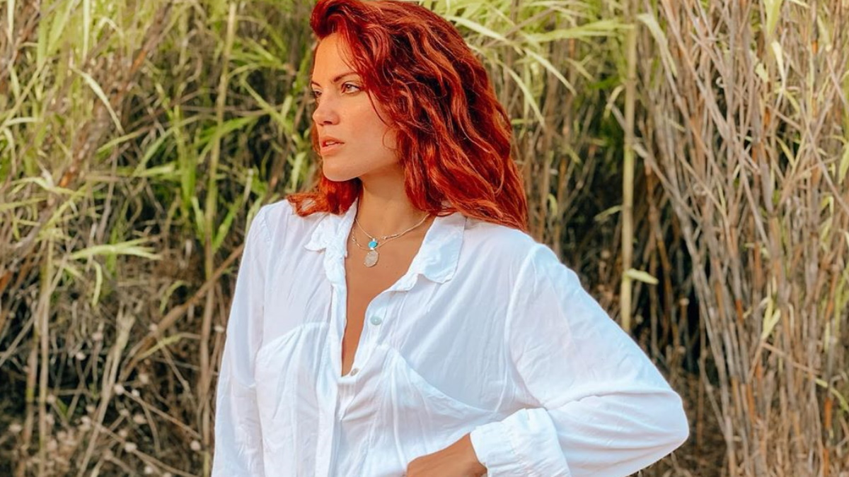 Μαίρη Συνατσάκη: Ποζάρει χωρίς μαγιό στην παραλία, κρύβοντας τα επίμαχα σημεία με… βατραχοπέδιλα!