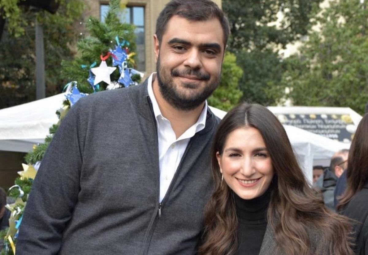 Παύλος Μαρινάκης: Ο Πρόεδρος της ΟΝΝΕΔ παντρεύεται την καλή του! Με μάσκες προστασίας μπροστά στον παπά