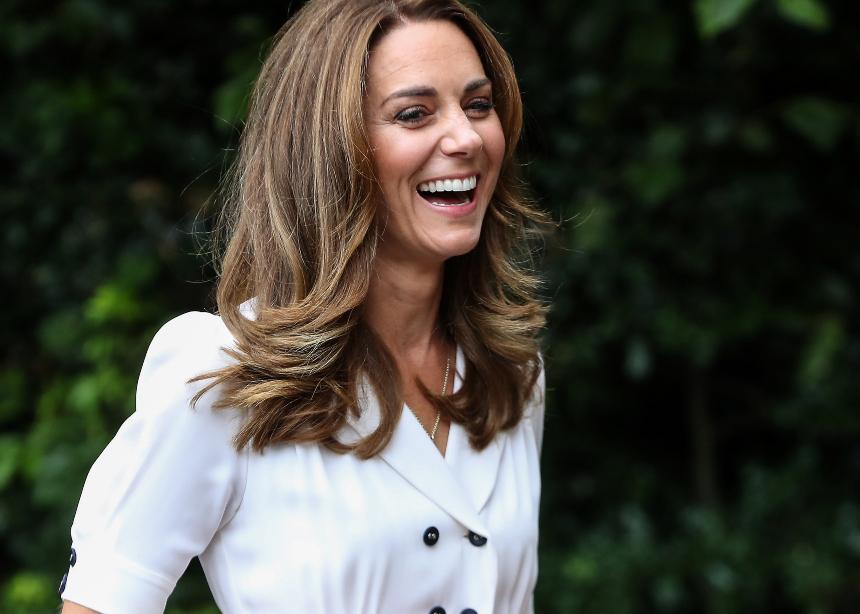 Ψάχνεις ακόμη το τέλειο λευκό φόρεμα; Δες αυτό που φόρεσε η Kate Middleton