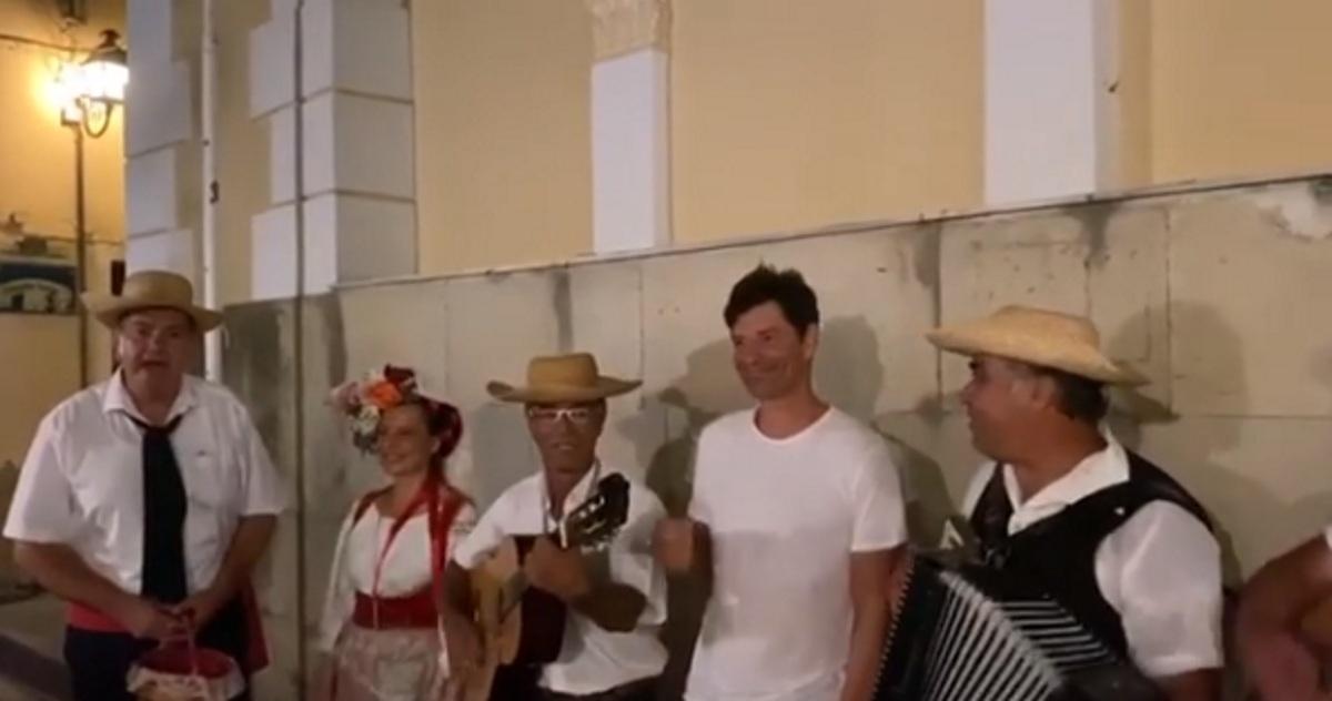 Σάκης Ρουβάς: Τραγουδά στα καντούνια της Κέρκυρας με ντόπιους μουσικούς! Βίντεο