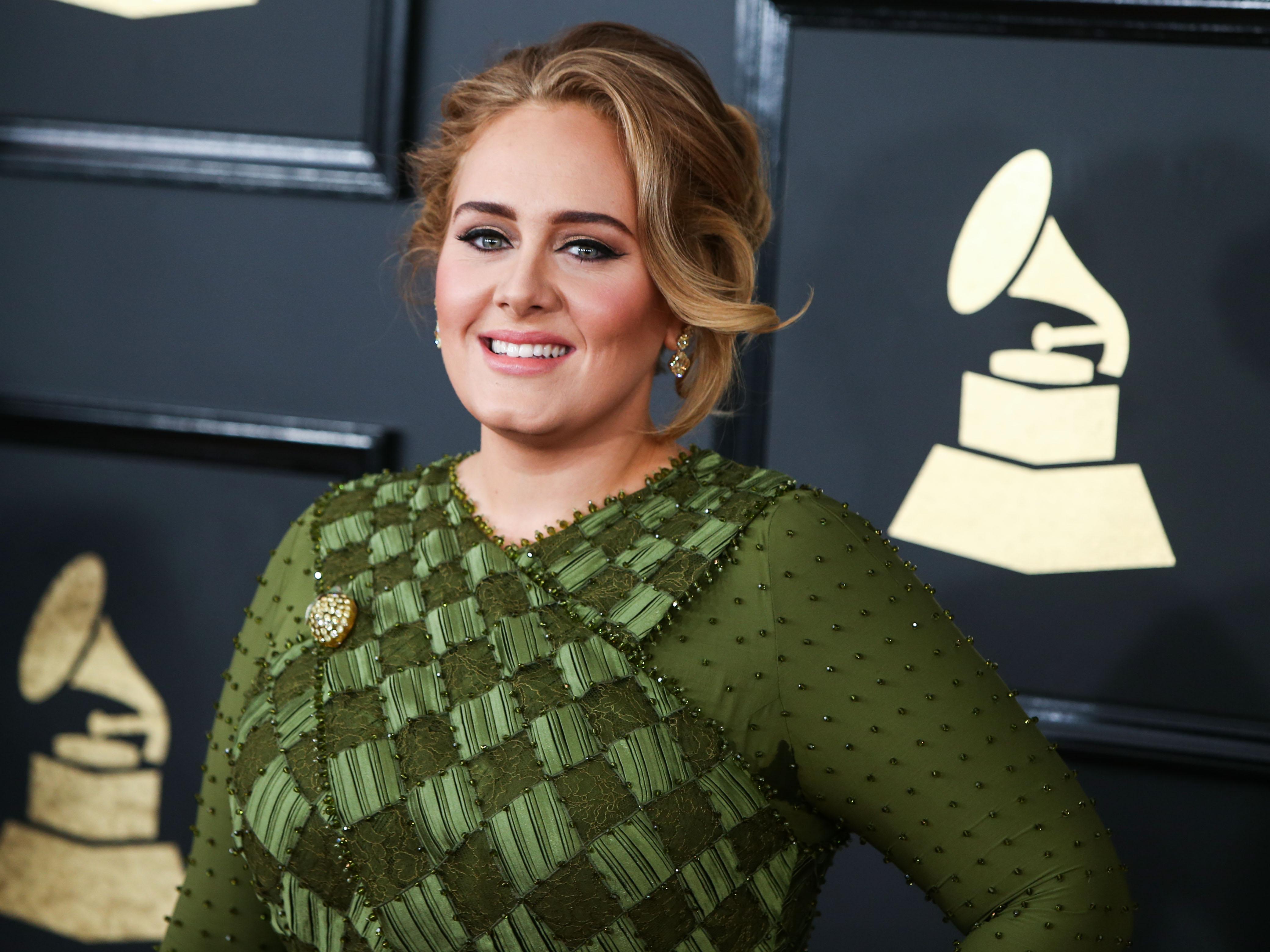 Η Adele μας δείχνει για πρώτη φορά τα φυσικά σγουρά μαλλιά της!