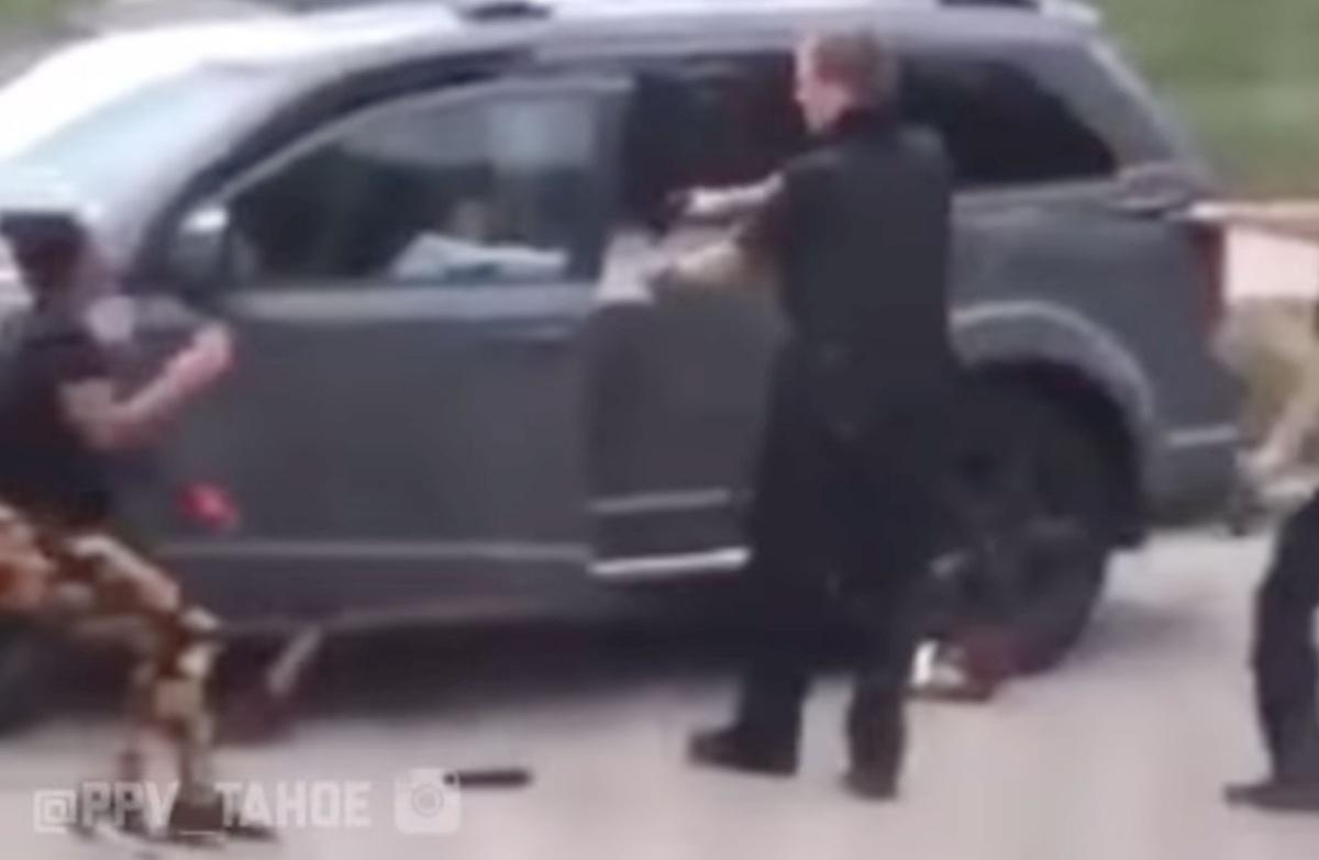 Αστυνομικός πυροβολεί μαύρο άνδρα πισώπλατα, μπροστά στα παιδιά του – Σοκαριστικό βίντεο