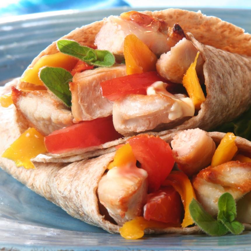 Συνταγή για πικάντικο wrap με κοτόπουλο και πολύχρωμες πιπεριές