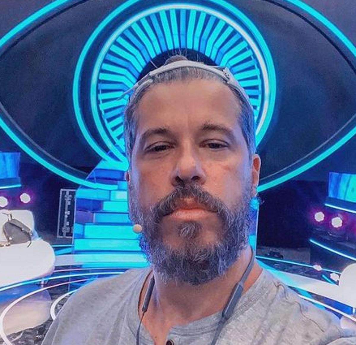 """Χάρης Βαρθακούρης: Ποζάρει στο πλατό του Big Brother και δηλώνει: """"Κάποιος με ευλόγησε και ετοιμάζομαι να παρουσιάσω το Big Brother""""!"""