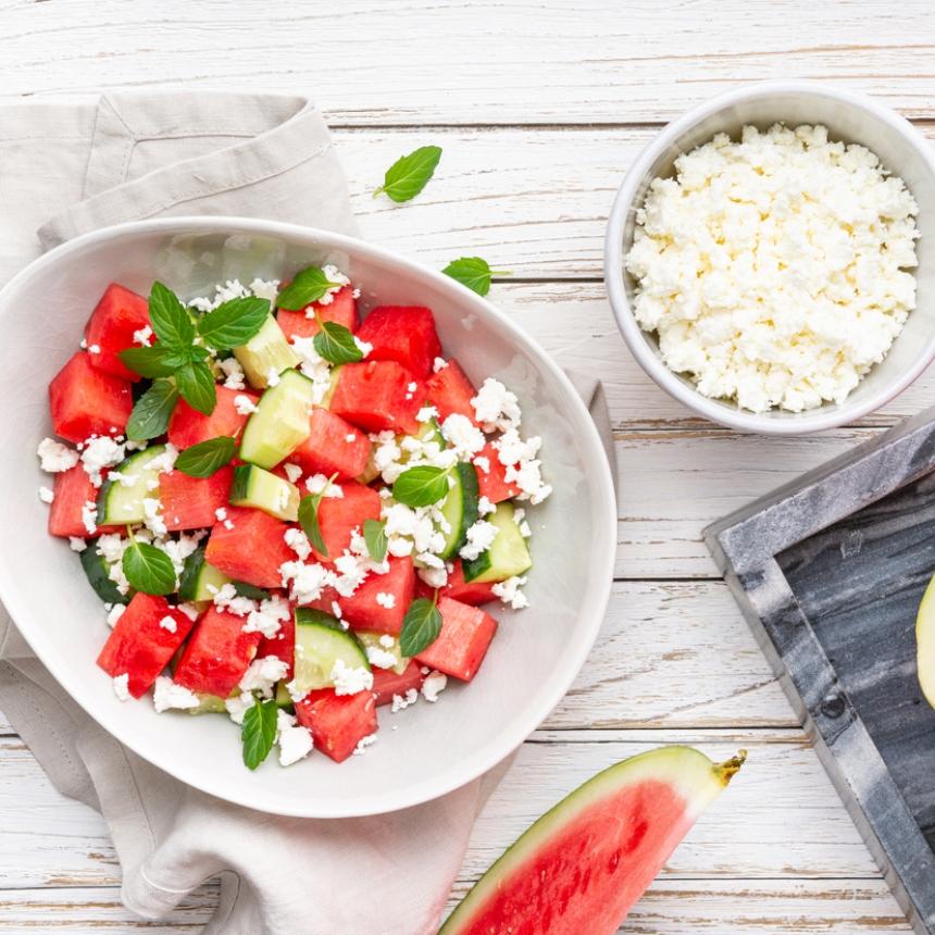 """Συνταγή για """"πειραγμένη"""" χωριάτικη σαλάτα με καρπούζι"""
