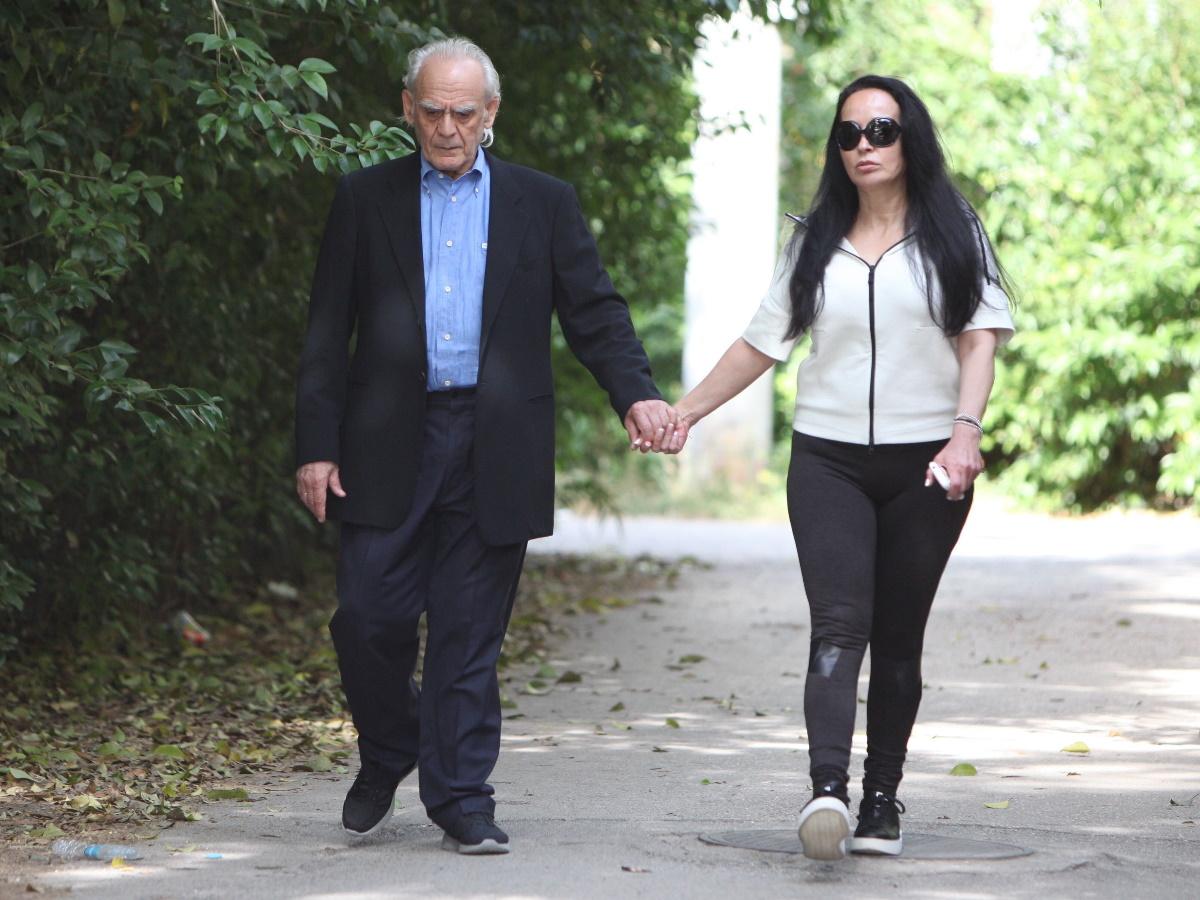 Η Βίκυ Σταμάτη ποζάρει αγκαλιά με τον Άκη Τσοχατζόπουλο στο κρεβάτι τους – «Συγχώρεσέ τους δεν ξέρουν τι κάνουν»