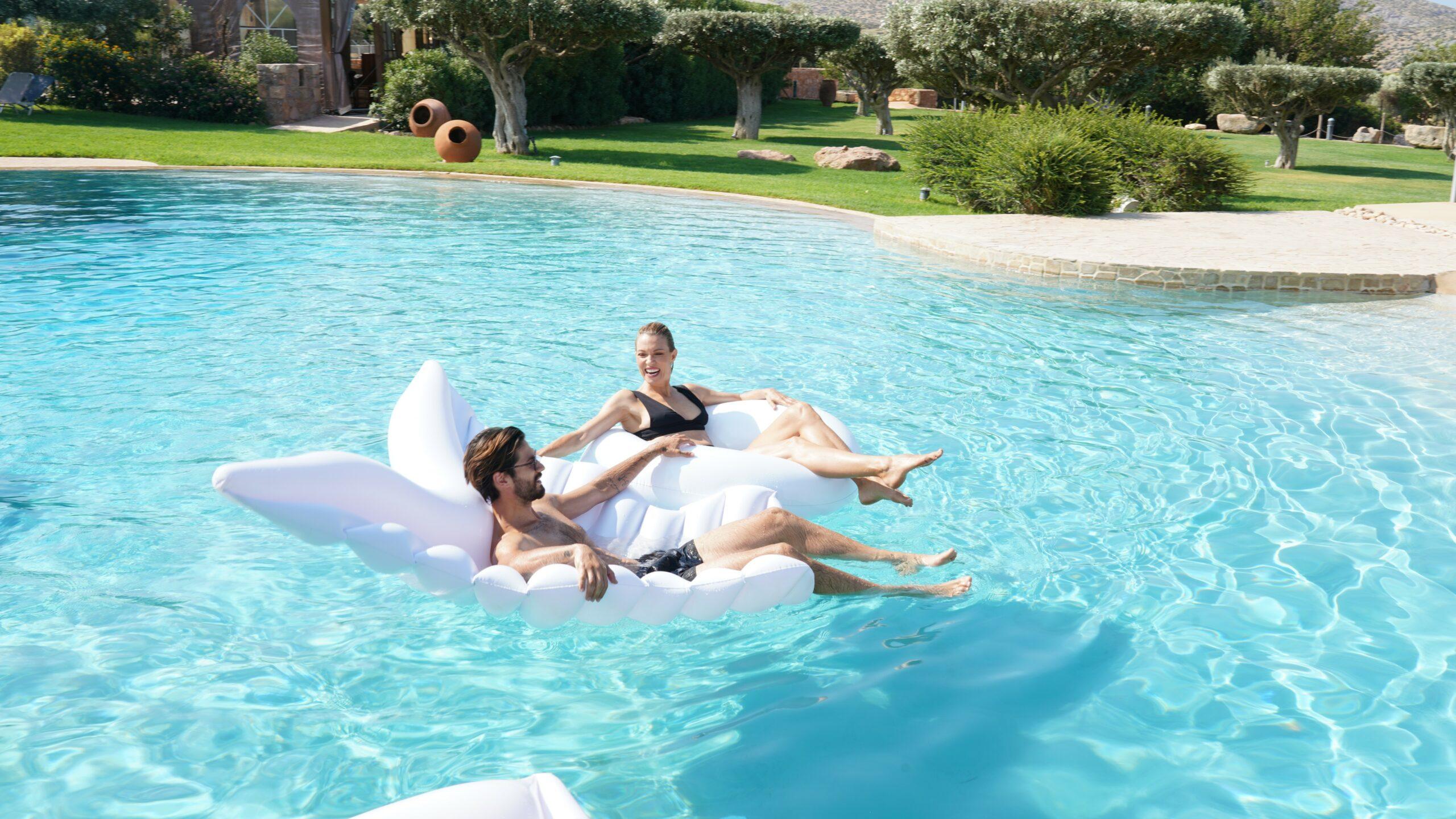 GNTM: Η Βίκυ Καγιά και ο Γιώργος Καράβας φόρεσαν τα μαγιό τους, βούτηξαν στην πισίνα και έκλεψαν τις εντυπώσεις (video)