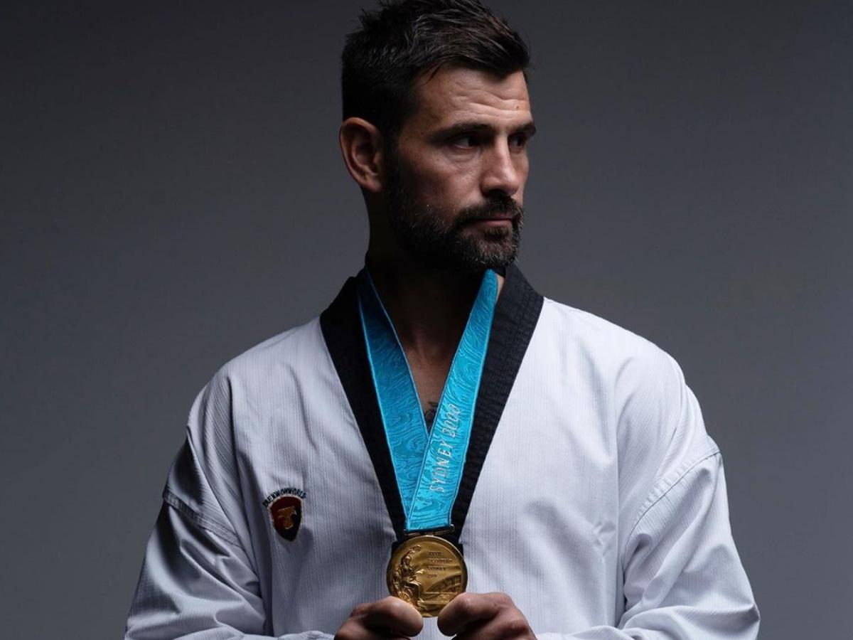 """Μιχάλης Μουρούτσος: Φωτογραφίζεται με το χρυσό Ολυμπιακό μετάλλιο στο Ταεκβοντό που κατέκτησε πριν 20 χρόνια  και δηλώνει """"ευλογημένος"""""""