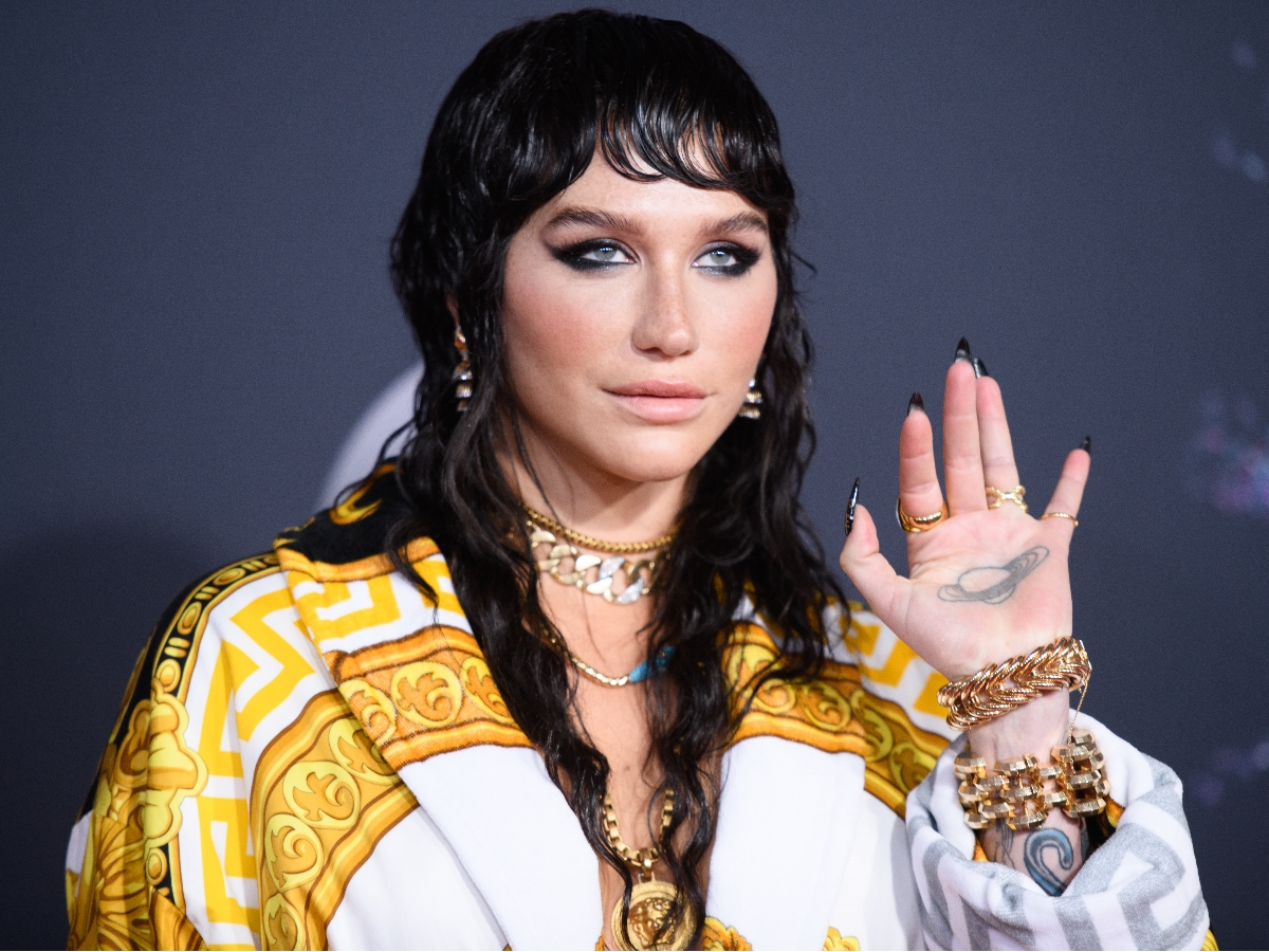 Η Kesha κάνει μάσκες στο πιο περίεργο σημείο που μπορείς να φανταστείς!
