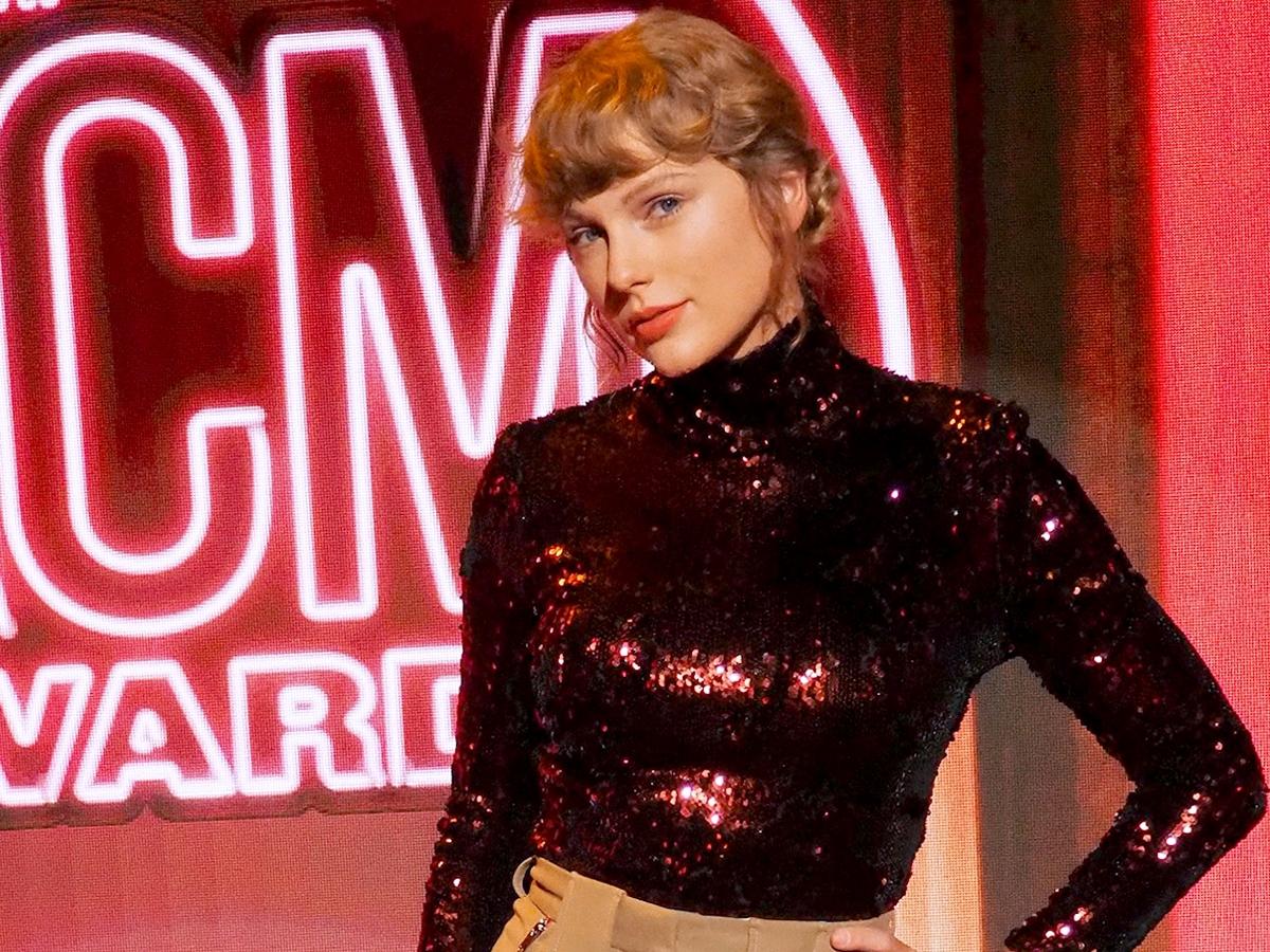 Η Taylor Swift έκανε μόνη της μακιγιάζ και μαλλιά και πήγε σε αυτά τα βραβεία!