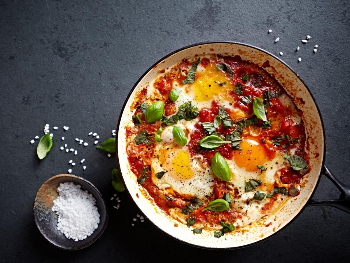 """Συνταγή για """"πειραγμένα"""" αβγά στο τηγάνι με κόκκινη σάλτα ντομάτας"""