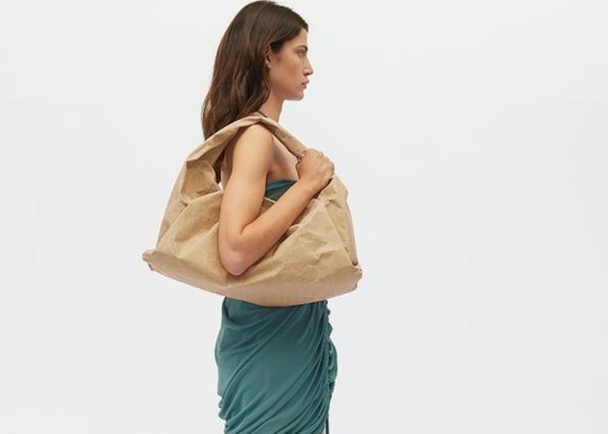 Η Bottega Veneta κυκλοφόρησε μία νέα σειρά με τσάντες κατασκευασμένες από 100% ανακυκλωμένο χαρτόνι