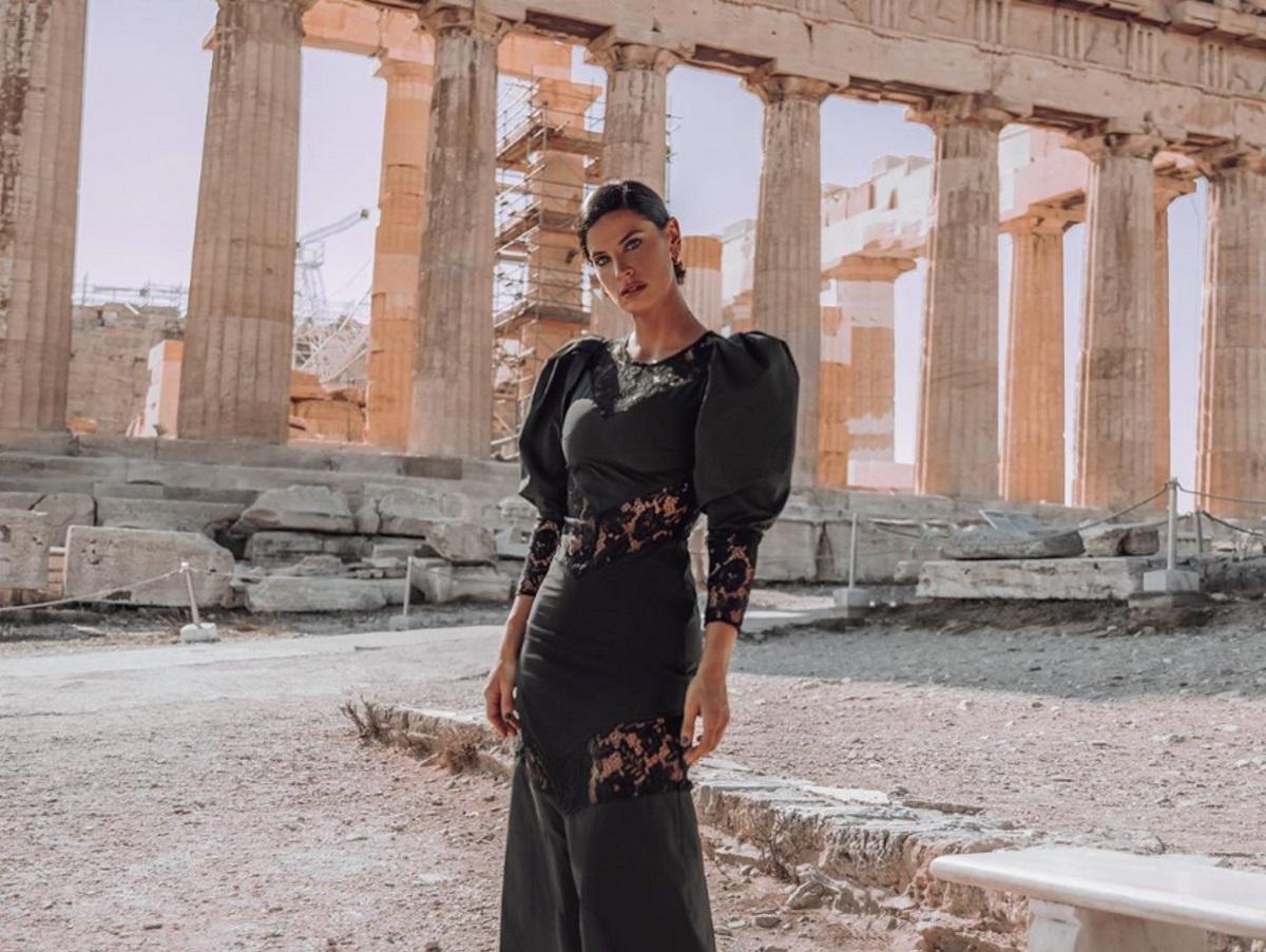 Χριστίνα Μπόμπα: Εντυπωσιακή φωτογράφιση στα ιστορικά σημεία της Αθήνας (pics)