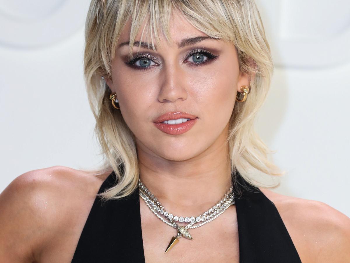 H Miley Cyrus με κορμάκι που αφήνει ελάχιστα στην… φαντασία