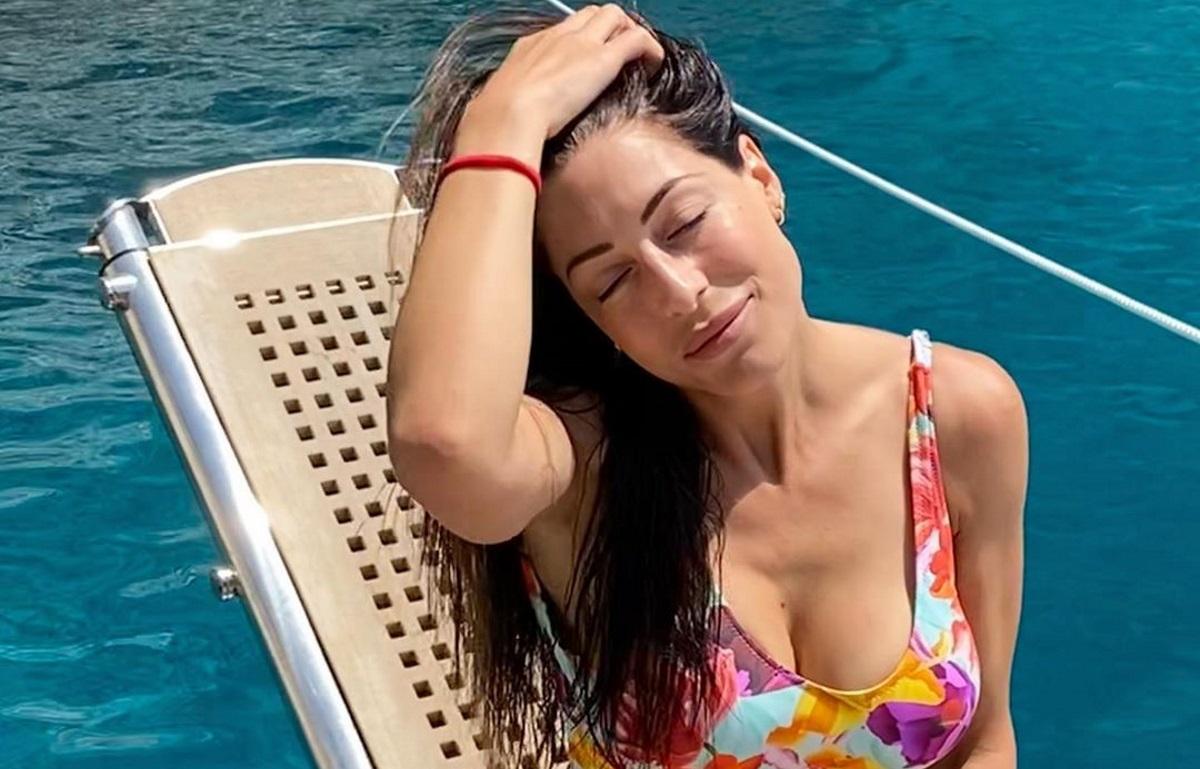 Φλορίντα Πετρουτσέλι: Το καλοκαίρι δεν έχει τελειώσει ακόμα! Η νέα πόζα με μαγιό, δίχως ίχνος μακιγιάζ