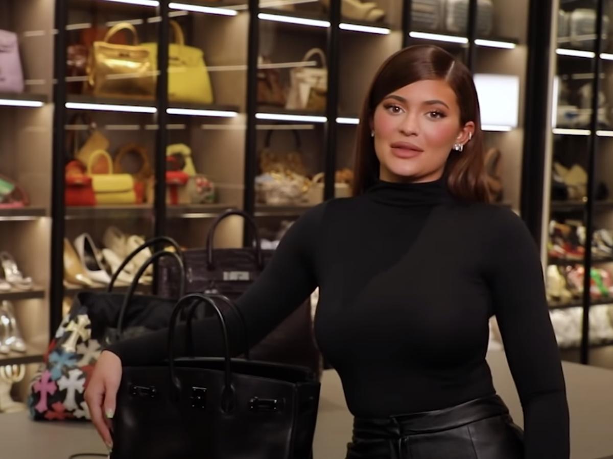 Η τσάντα της Kylie Jenner είναι γεμάτη νέα λανσαρίσματα Kylie Skin! Video!