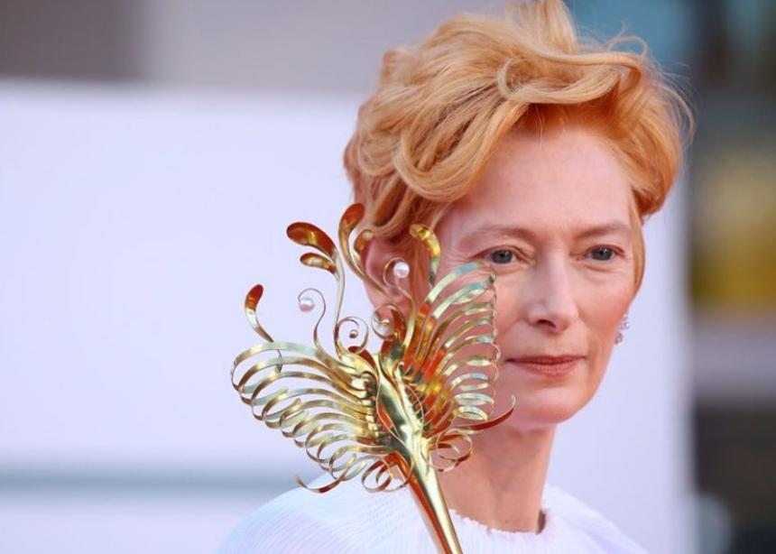 Οι μάσκες που φοράει η Tilda Swinton στο φεστιβάλ Βενετίας είναι… έργα τέχνης