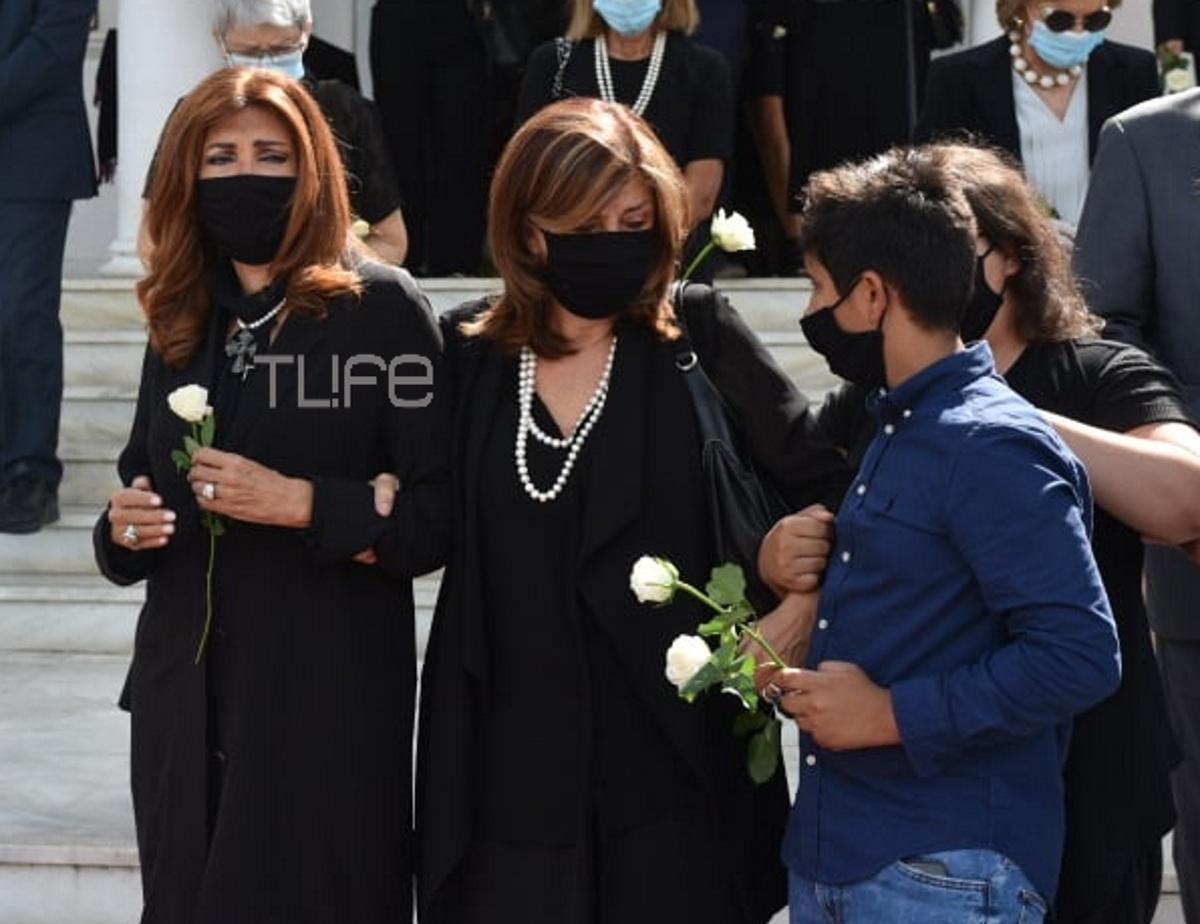 Μιμή Ντενίση: Συντετριμμένη στην κηδεία της μητέρας της Μαρίας