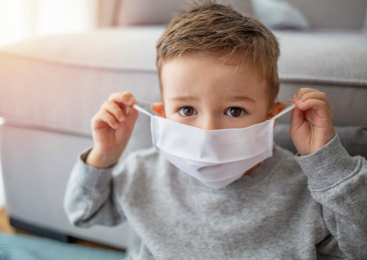 Υποχρεωτική η μάσκα από το νηπιαγωγείο! Ο Δρ. Σπύρος Μαζάνης δίνει συμβουλές πώς να την φορούν τα παιδιά