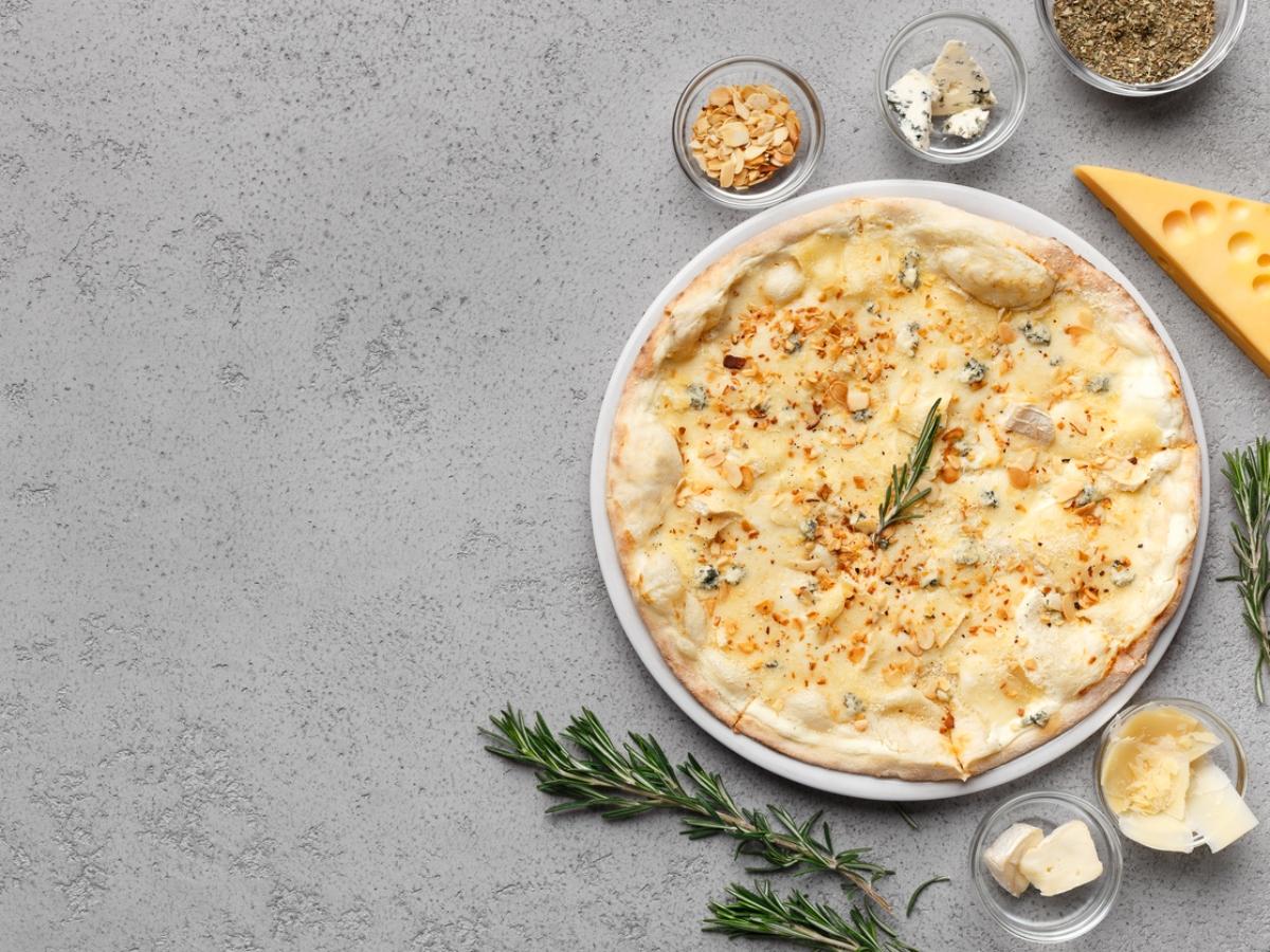 Συνταγή για σπιτική πίτσα με 4 τυριά