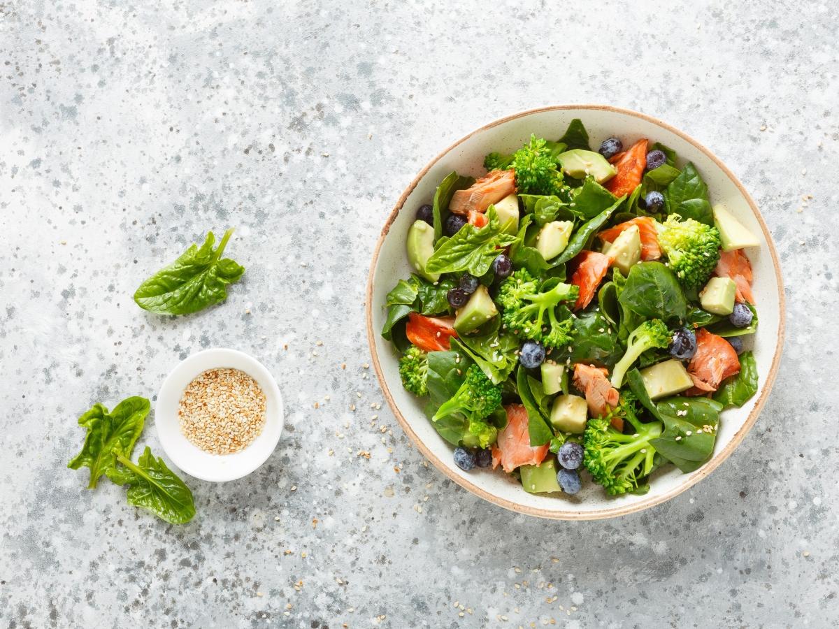 Συνταγή για σαλάτα με σολομό και μούρα