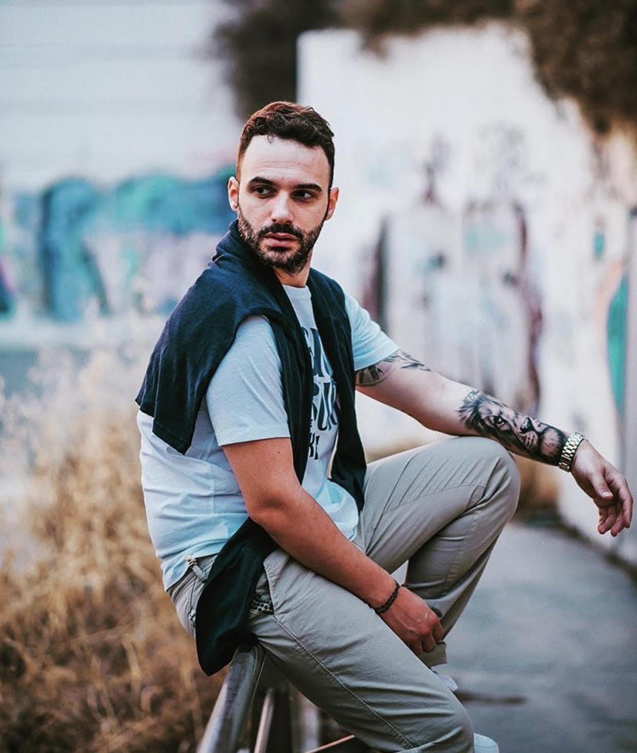 Τροχαίο ατύχημα για γνωστό Έλληνα τραγουδιστή – Τον εγκατέλειψαν στο κέντρο της Γλυφάδας (pics)