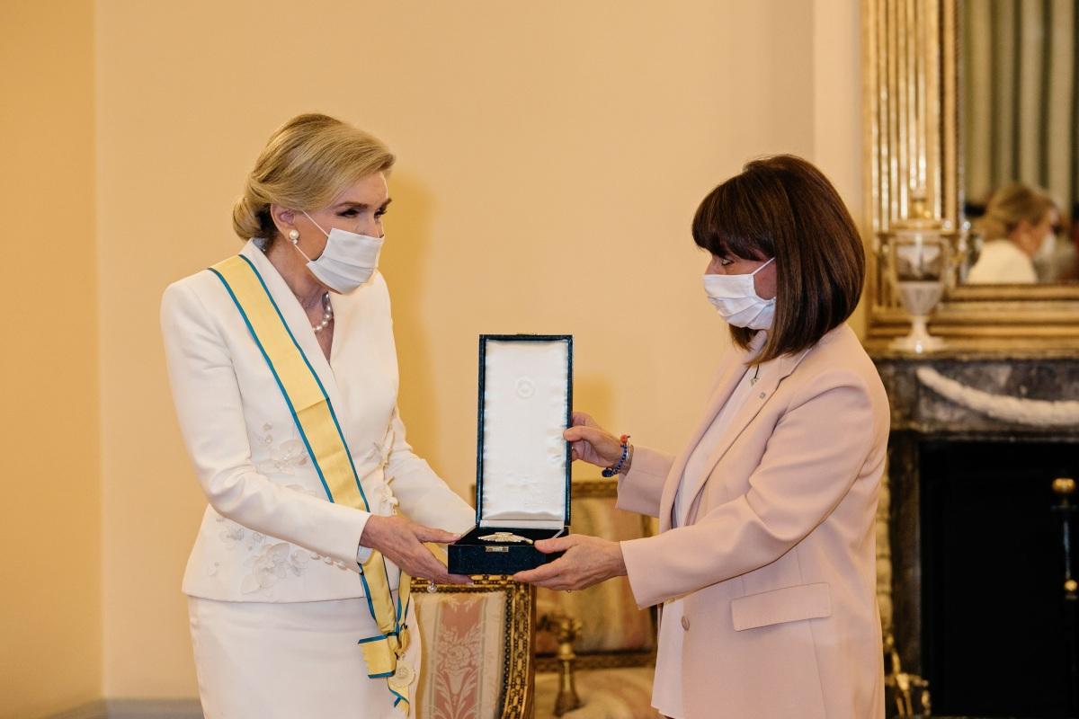 Μαριάννα Βαρδινογιάννη: Η Πρόεδρος της Δημοκρατίας της επέδωσε τον Μεγαλόσταυρο του Τάγματος της Ευποιΐας (φωτογραφίες)