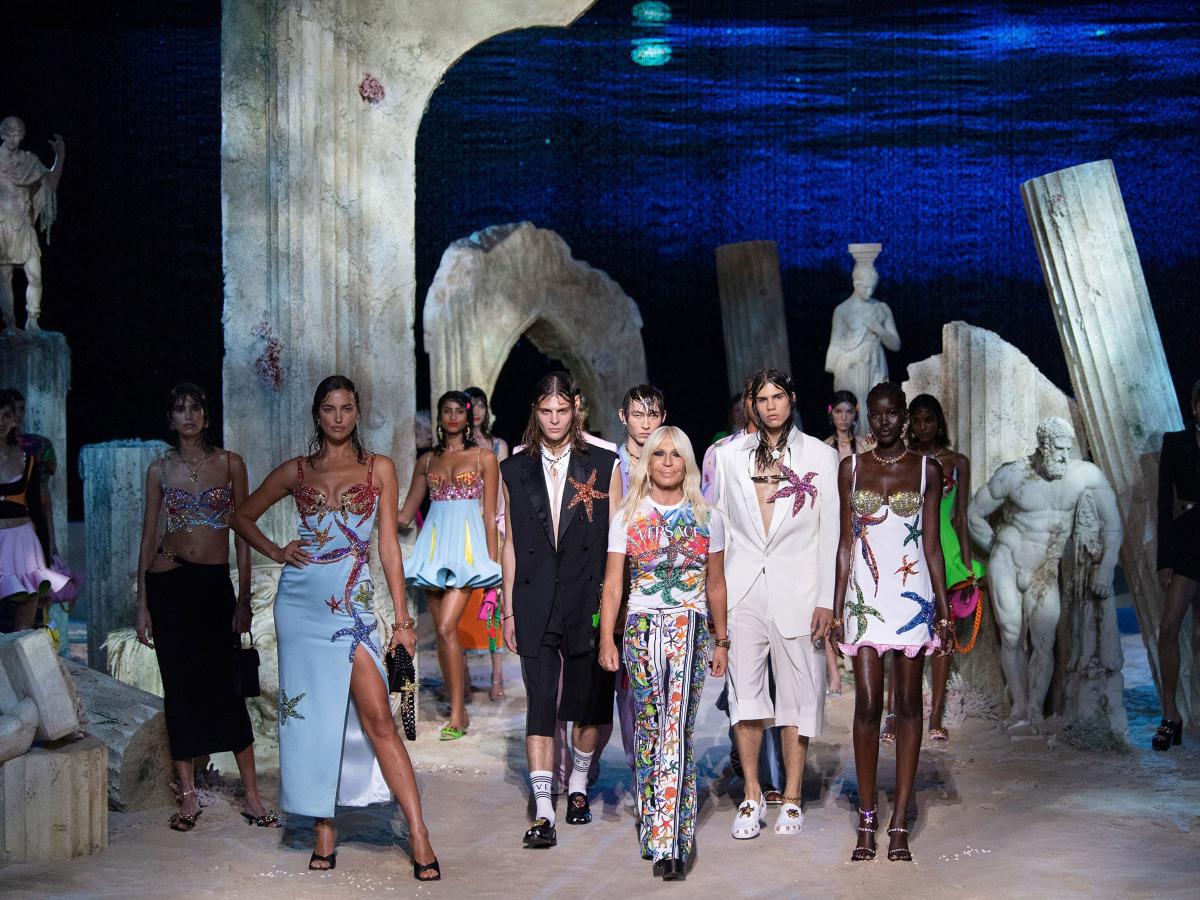 Απίστευτο! Η Donatella Versace έστησε ένα υποβρύχιο σκηνικό για το show της