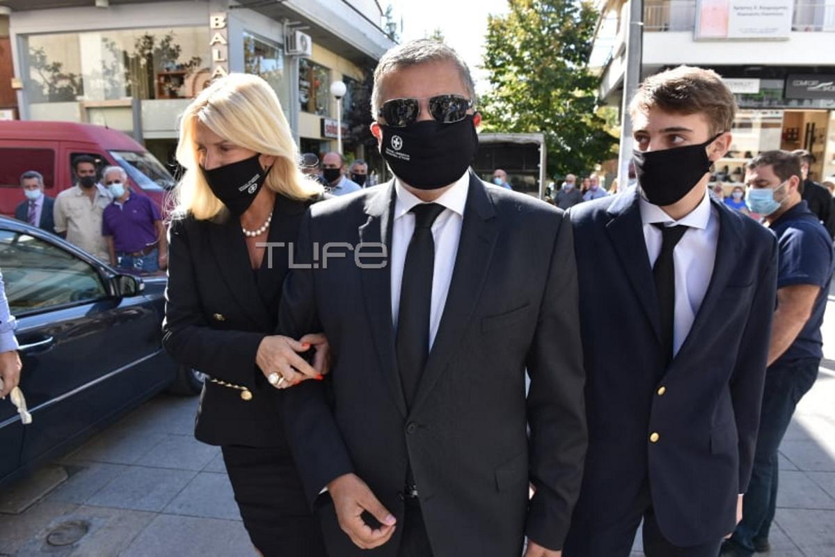 Γιώργος Πατούλης: Θλίψη στην κηδεία της μητέρας του – Η σύζυγός του Μαρίνα και ο γιος τους στο πλευρό του