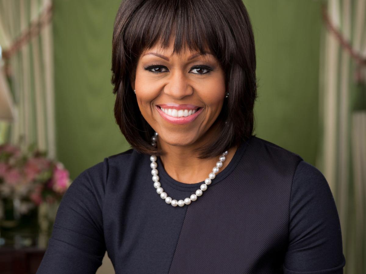 Η Michelle Obama σχεδίασε ένα ζευγάρι κρίκους που φοράνε δεκάδες celebrities τώρα στην Αμερική!