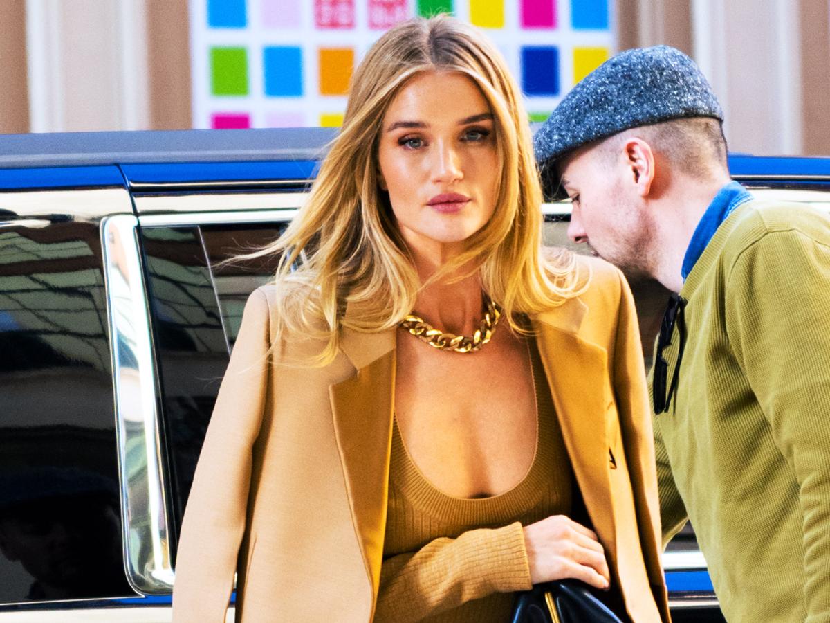 Η Rosie Huntington  μόλις φόρεσε το τέλειο camel παλτό!
