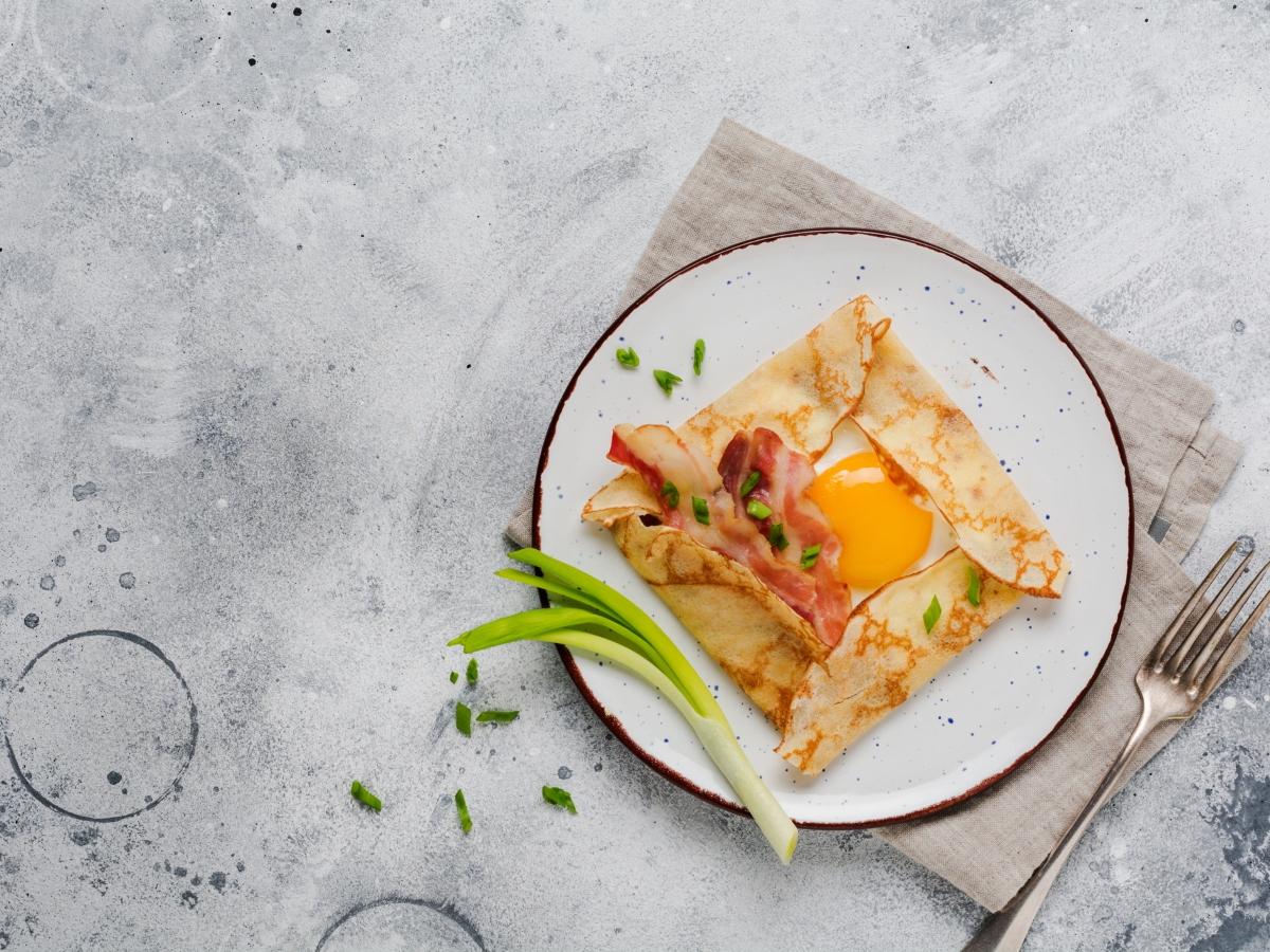 Συνταγή για αλμυρή κρέπα με αβγό, τυρί και μπέικον