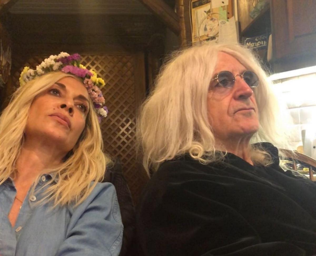 Νίκος Καρβέλας: Ποζάρει ως γνήσιος ροκάς με smokey eyes, στο πλευρό της Άννας Βίσση! Φωτογραφίες