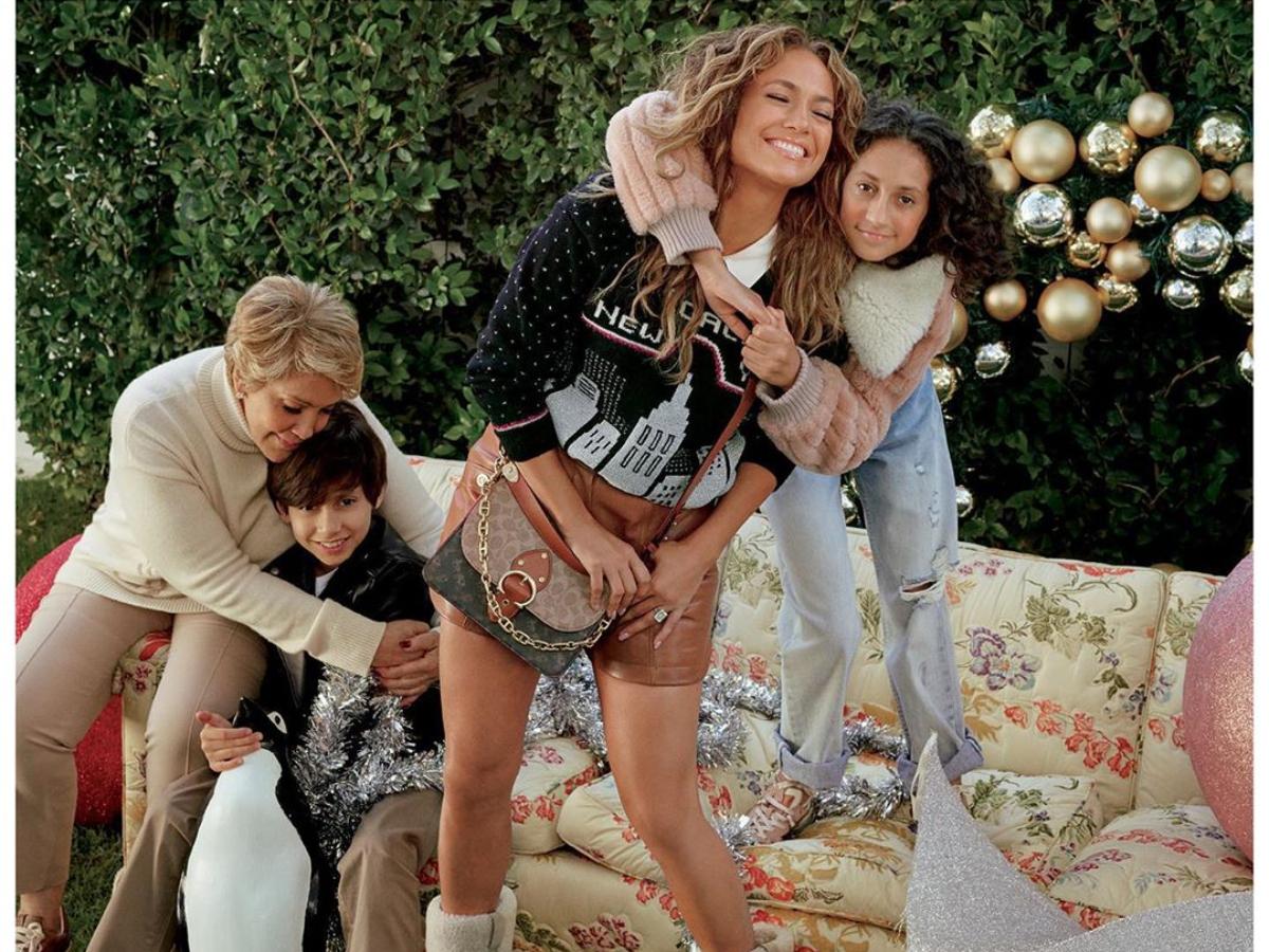 Η Jennifer Lopez φέρνει τα Χριστούγεννα με την νέα καμπάνια της Coach!