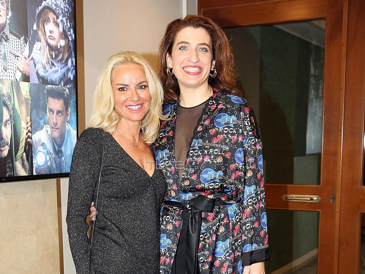 Μαρία Μπεκατώρου: Βραδινή έξοδος με total black look – Στήριξε τη Δανάη Λουκάκη στην πρεμιέρα της (pics)