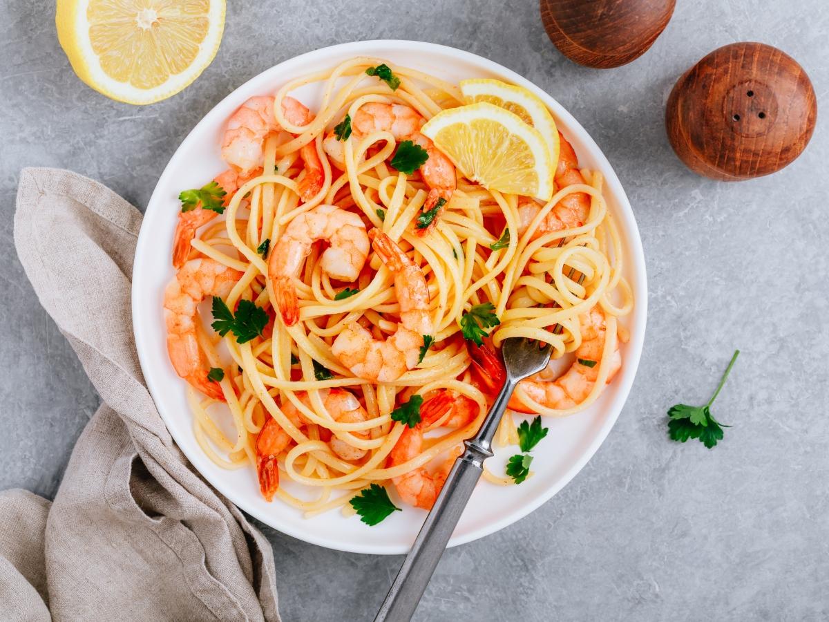 Συνταγή για λιγκουίνι με σάλτσα ντομάτας και γαρίδες