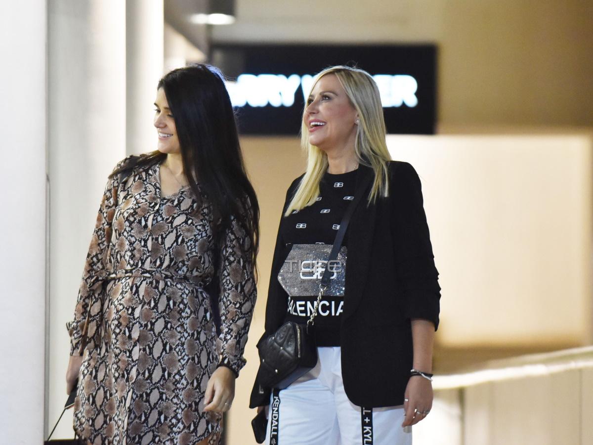 """'Ελενα Μπάση: To TLIFE """"τσάκωσε"""" την 38χρονη  τραγουδίστρια σε έξοδό της, μετά την αποχώρηση από το The Bachelor (φωτογραφίες)"""