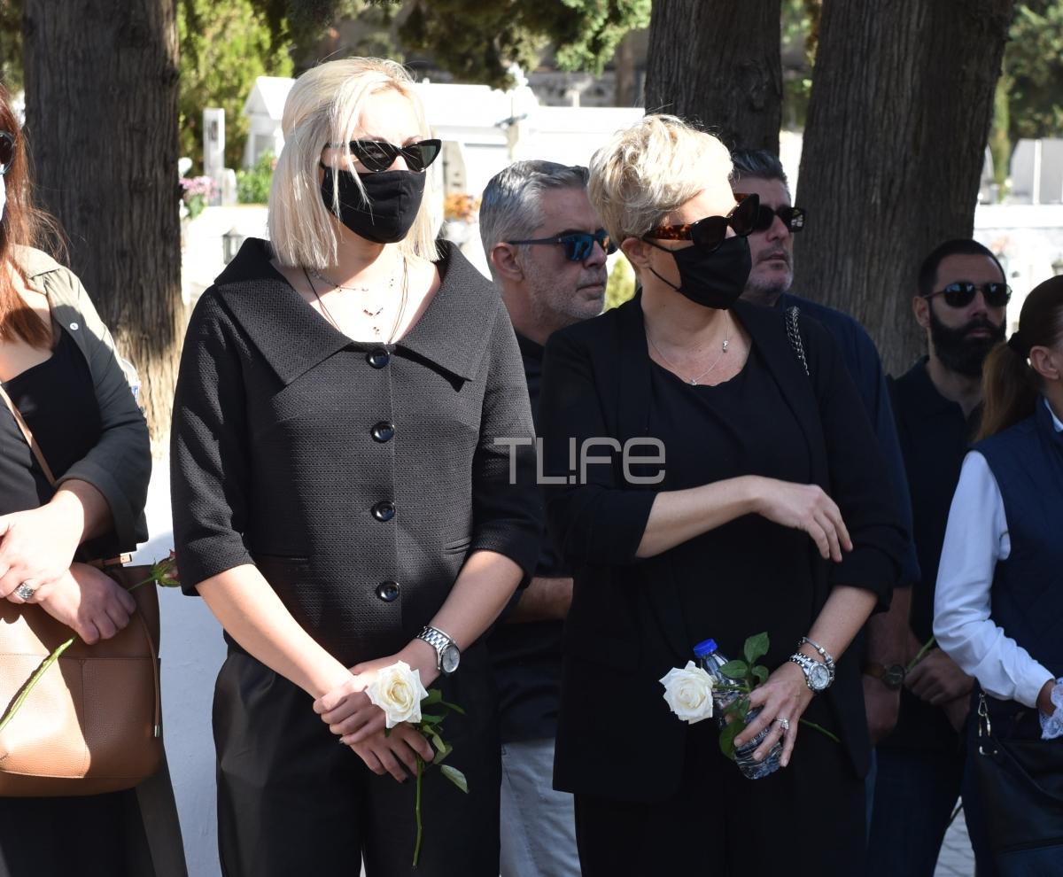 Κώστας Μπατής: Συντετριμμένη στην κηδεία του η πρώην σύζυγός του Ελένη Παπαϊωάννου – Στο πλευρό της τα παιδιά τους