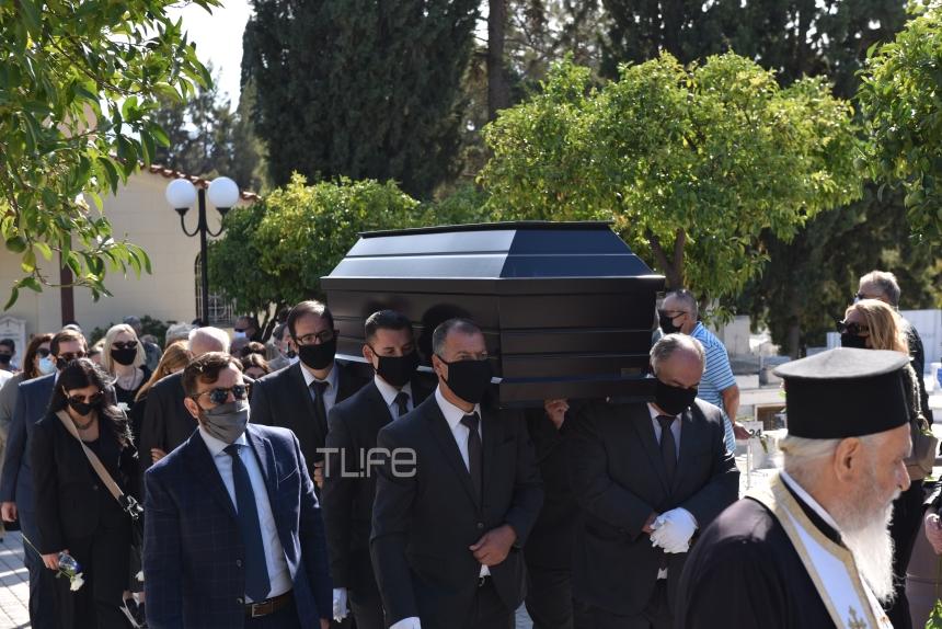 Θρήνος στην κηδεία του Κώστα Μπατή: Συντετριμμένη η πρώην σύζυγός του Ελένη Παπαϊωάννου