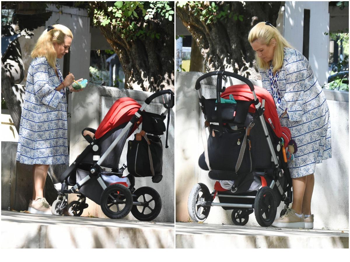Τζένη Μπότση: Βόλτα με την 11 μηνών κόρη της στο κέντρο της Αθήνας – Δες να την ταΐζει στην άκρη του δρόμου (pics)